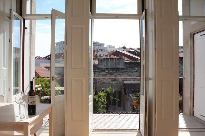 Sunny apt with a balcony - Porto