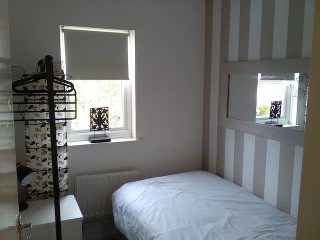 Cosy single room in friendly home - Emerson Valley - Ev