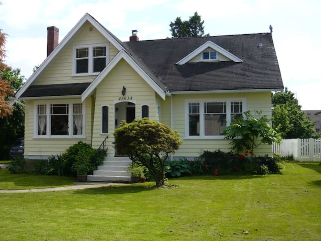 Heritage Home-One bedroom suite close to hospital - Chilliwack - Huis