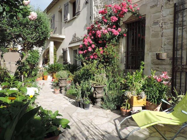 Au coeur d'un village provençal, - Maillane - アパート