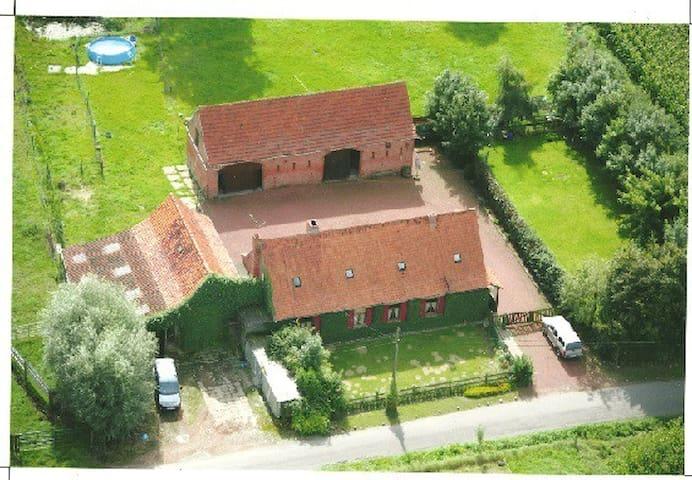 Bâtiments de ferme à la campagne. - Heuvelland - Talo