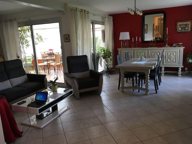 Chambre lumineuse en rez de jardin - Thiers - Apartamento