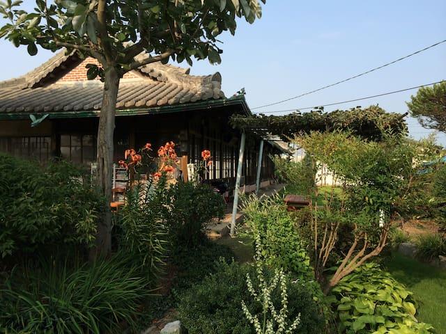 2번방, 자연을 닮은 예쁜 정원이 함께하는 정휴당 민박 - Baekgu-myeon, Gimje - 生態土屋