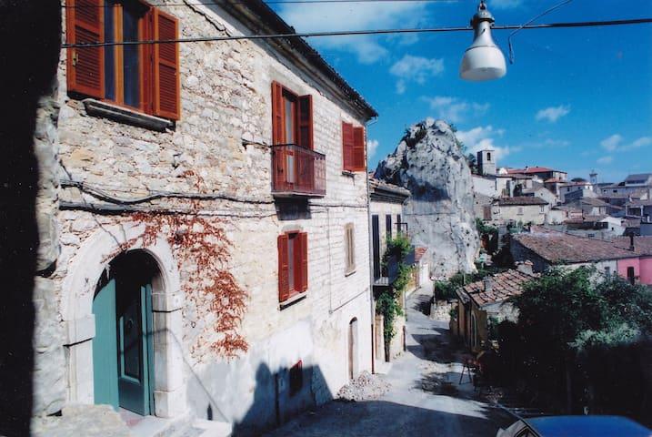Historical house in Castopignano - Castropignano - Huis