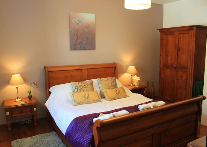Orchid Barn luxury gite sleeps 2 adults & 1 child - Langoëlan - Rumah
