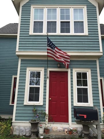Cozy space lakefront in downtown Petoskey - Petoskey - Huis