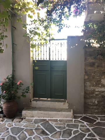 Traditional house in the heart of Chalki - Χαλκείο - Huis