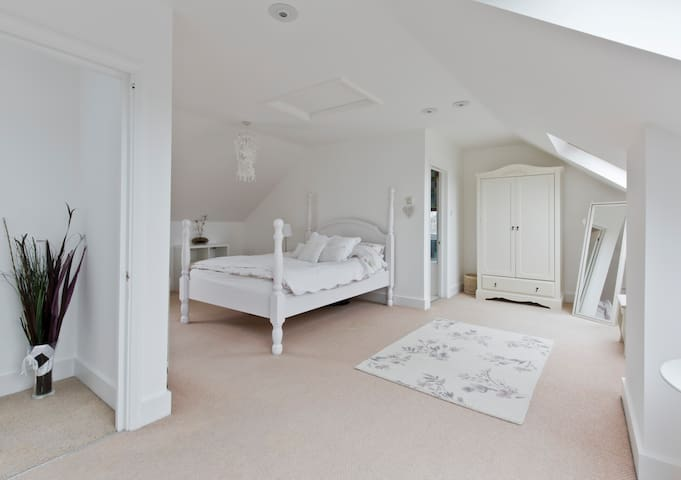 Large bedroom/private bathroom in South London - Purley