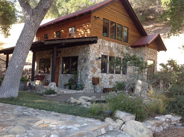 Rustic, Tranquil Stone Cabin Under the Oak Trees - Paso Robles - Cabaña