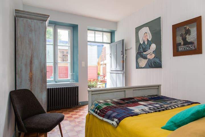 Private bedroom & caravan in add. - Villedieu-le-Château - 家庭式旅館
