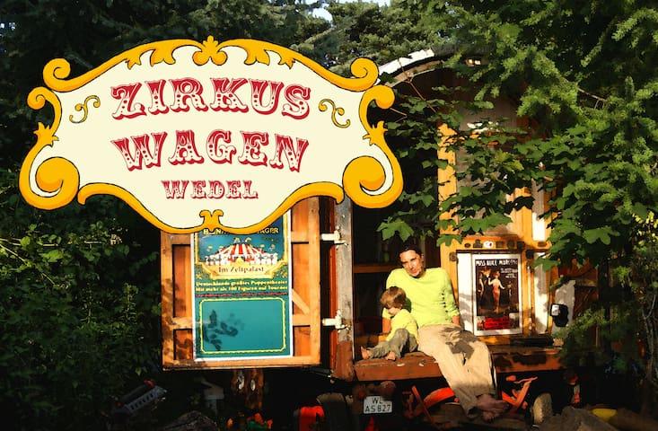 Zirkuswagen zwischen Elbe und Stadt - Wedel - Lakókocsi/lakóautó