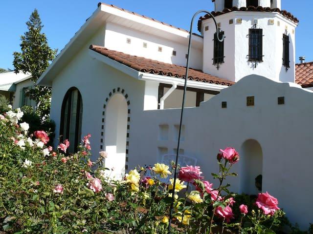 Enchanting Tower Room  near  center - San Rafael - Σπίτι
