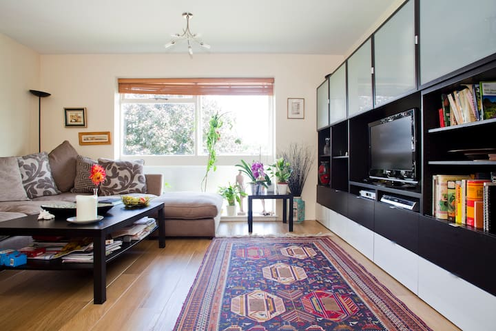 Large Bed in Airy Flat - Private WC - Buckhurst Hill - Leilighet