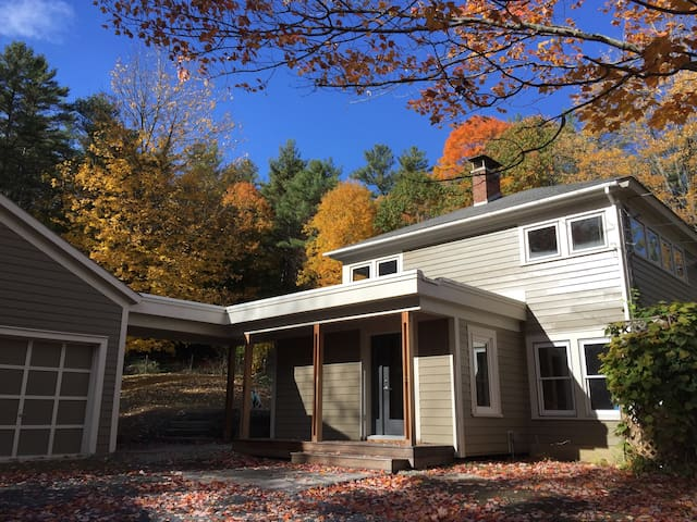Bright remodeled home with lovely views Norwich VT - Norwich - Casa