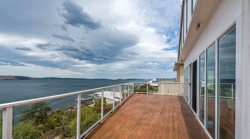 Seafarer's delight - absolute waterfront - Sandy Bay
