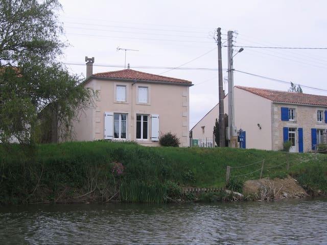 Chez Clovis et Charlotte  Damvix 85 - Damvix - Huis