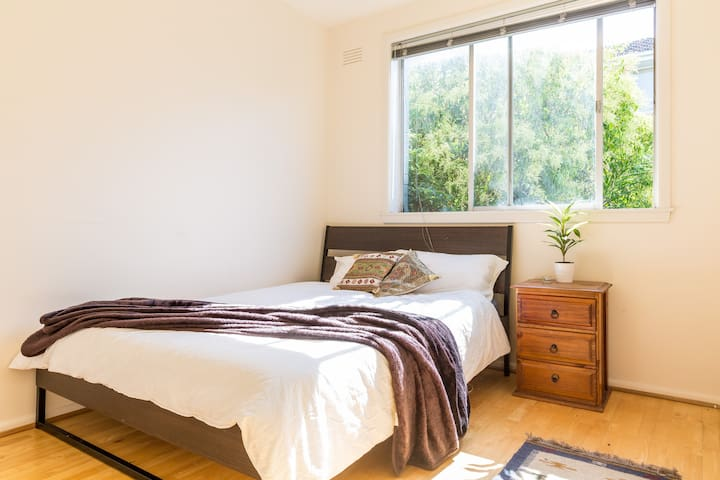 Bright spotless room only a short tram ride to CBD - Clifton Hill - Apartment