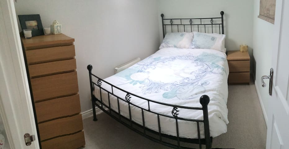 Cosy double room in a modern coach house. - Mile End