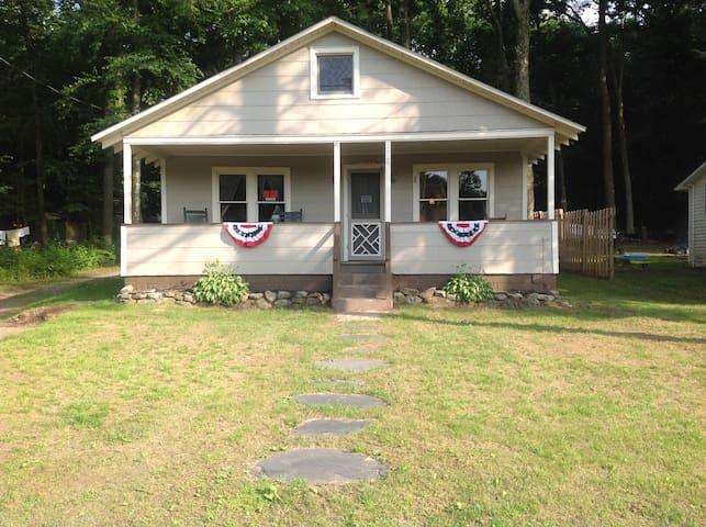 Lake community cottage - Ashland