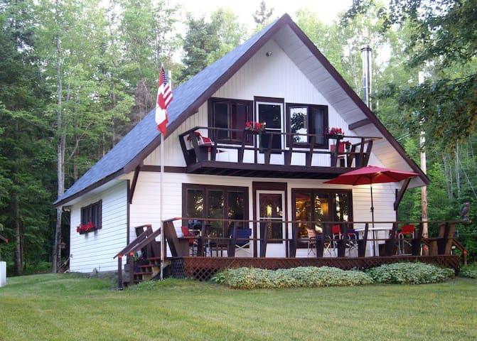 Sandy Beachfront Cottage/Home with Mountain Vews - Chapeau - Bungalo