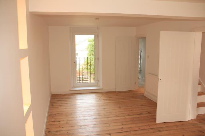 Brand new refurb / 3 Storey Terraced Cottage - Aberdare - 一軒家