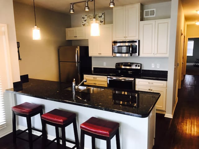 LUXURY 2BR - Great Location. Close to everything! - Kansas City - Daire
