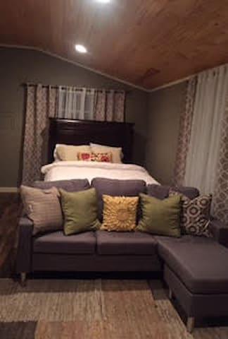 Cozy Brookside Guesthouse - Талса - Гостевой дом