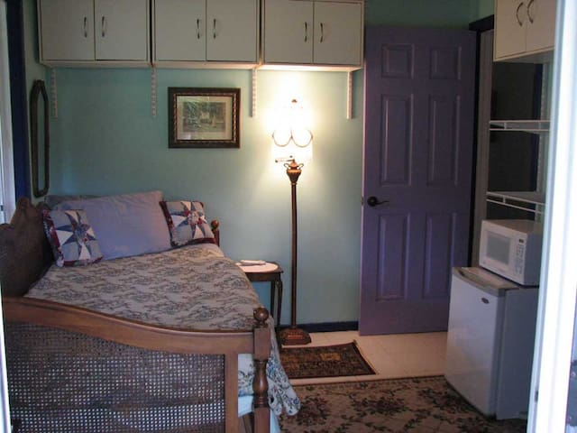 Malie Single Bedroom with a balcony - Pāhoa - Bed & Breakfast