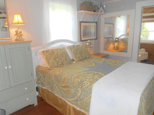 Bright, Airy Gardener's Cottage - Waynesville - Casa