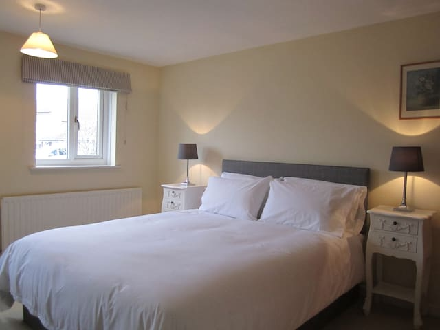 North Hill Close - one guest room - Burton Bradstock - Hus