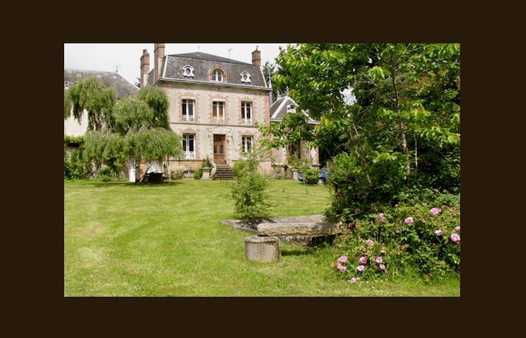 Private Chateaulet set in parkland - Saint-Sulpice-les-Feuilles - Huis