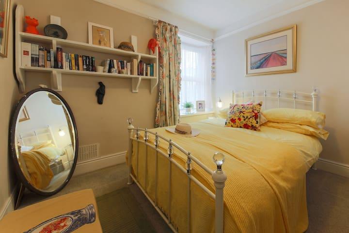 Spacious single/double rooms near the sea - Penzance