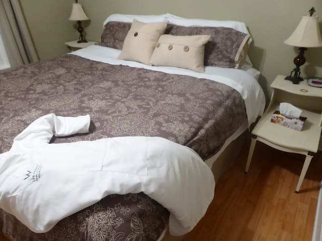 Spring Manor-Little Luxuries (king size bed) - Niagara Şelaleleri