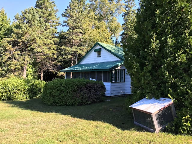 Old-fashioned cottage near the lake in Oliphant - Wiarton