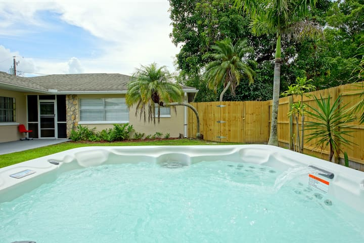 Sunny, bright rental! Cute, Modern, Bikes included - Fort Myers - 아파트