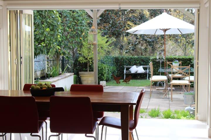 Modern home close to city & beaches - Naremburn