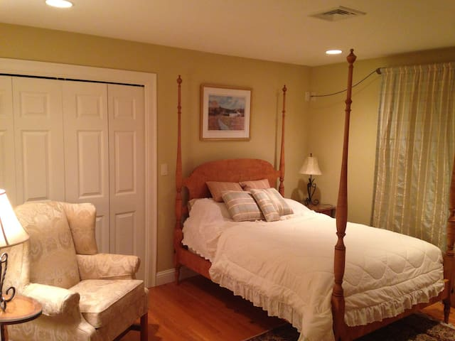 Comfortable, modern home on secluded lot w/ beach - Mashpee