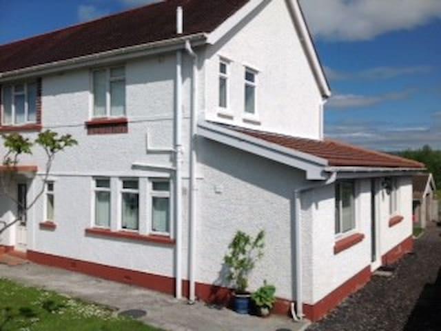 4 bedroom semi-detached house - Ammanford - Ev