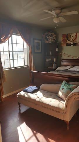 """room#2 cozy & creative """"ARTSY ROOM"""" - Long Beach"""