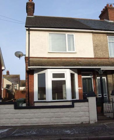 End terrace 3 bed house right by the beach. - Caister-on-Sea - Rumah
