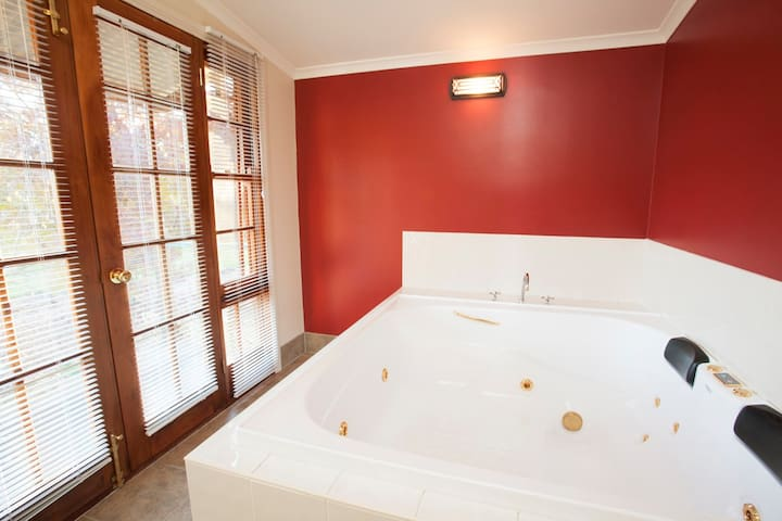 Ingram Cottage - One Bedroom with Double Spa - Beechworth - Hus