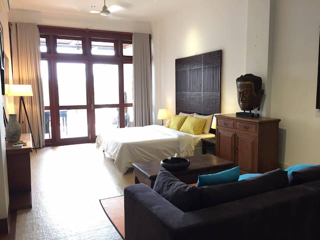 Riverside central apartment with large balcony - Phnom Penh - Leilighet