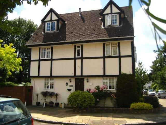 Mulberry, Walton on Thames detached house. - Hersham - 家庭式旅館