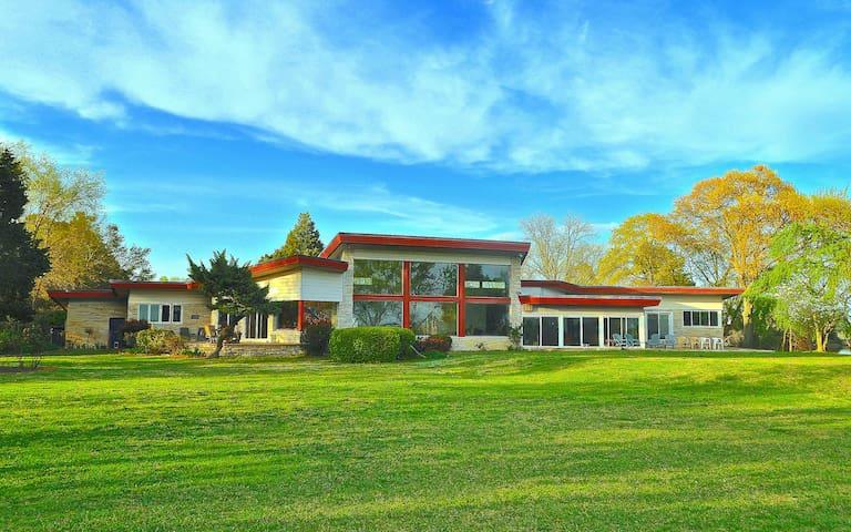 Mid-Century Lake Estate: Bay/Beach - Norfolk - Ev