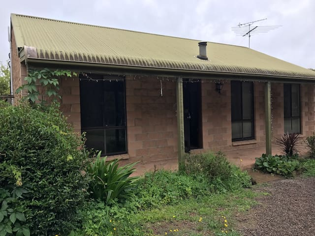 Spare room in farm cottage - Yerrinbool - Hus