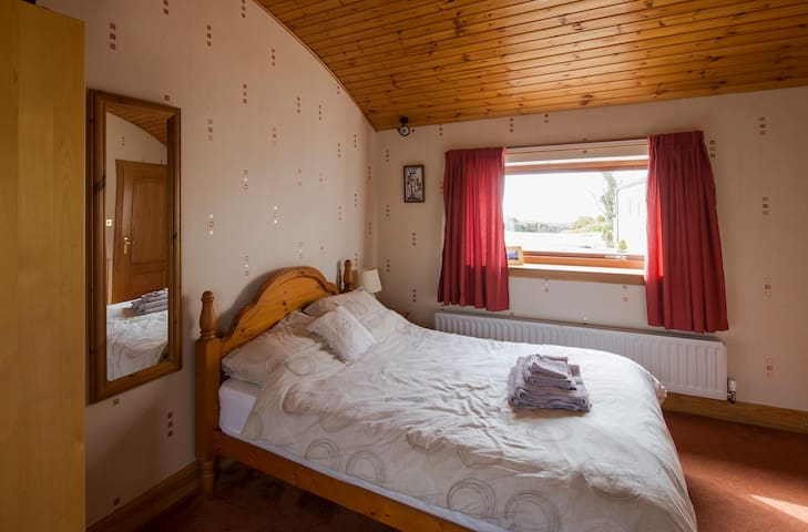 Ensuite Double Room near Sea, views - West Kilbride - Hus