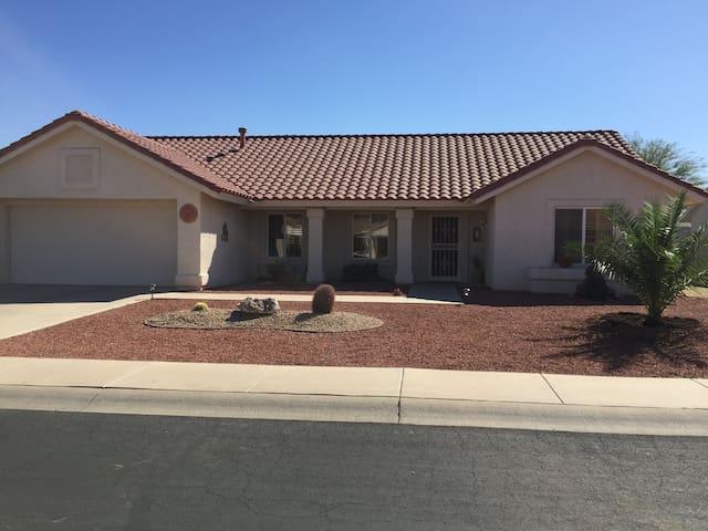Desert spa home in golf community - Sun City West - Hus