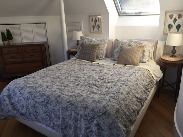 Queen bed in cottage near beach & train (98% pvt) - 格林威治(Greenwich)
