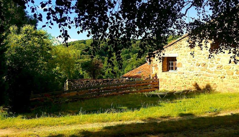 """Holliday houses """"Les eaux deux sources"""" LOU PEQUEL - Boffres - Naturstuga"""