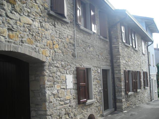 CASA IN SASSO SULL'APPENNINO TOSCO EMILIANO - Villa Minozzo - Dům